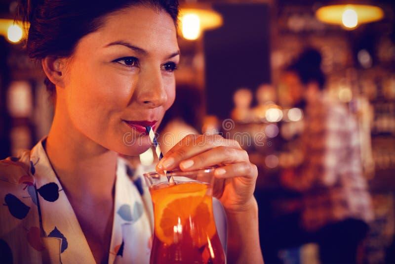 Młoda kobieta ma koktajlu napój fotografia royalty free