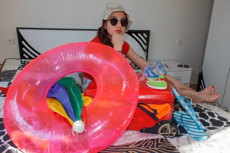 Młoda kobieta marzy światowy wycieczki obsiadanie z ona ręki resti zdjęcie stock