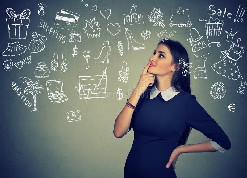Młoda kobieta marzy myśleć o zakupy czasie fotografia stock