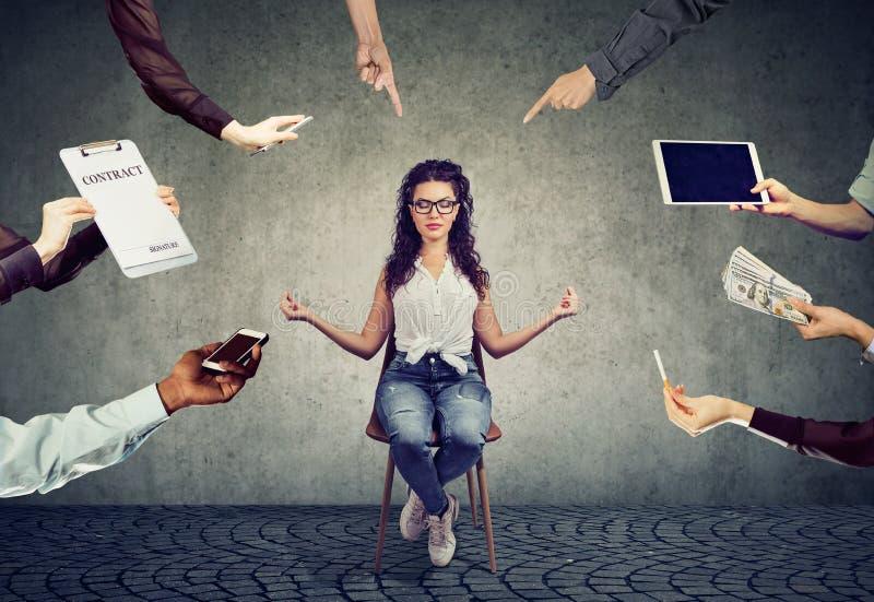 Młoda kobieta medytuje uśmierzać stres ruchliwie korporacyjny życie zdjęcia royalty free