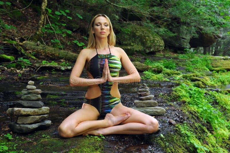 Młoda kobieta medytuje w lotos posturze fotografia royalty free