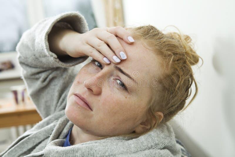 Młoda kobieta migrenę i pobyt w domu obrazy stock