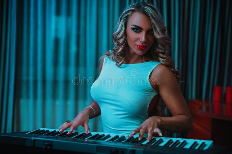 Młoda kobieta muzyk zdjęcia royalty free