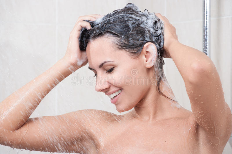 Młodej kobiety domycia głowa szamponem obraz royalty free