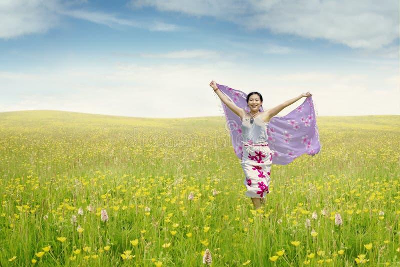 Młoda kobieta na łące z tkaniną fotografia royalty free