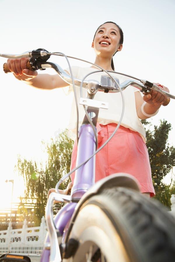 Młoda Kobieta na bicyklu obraz royalty free