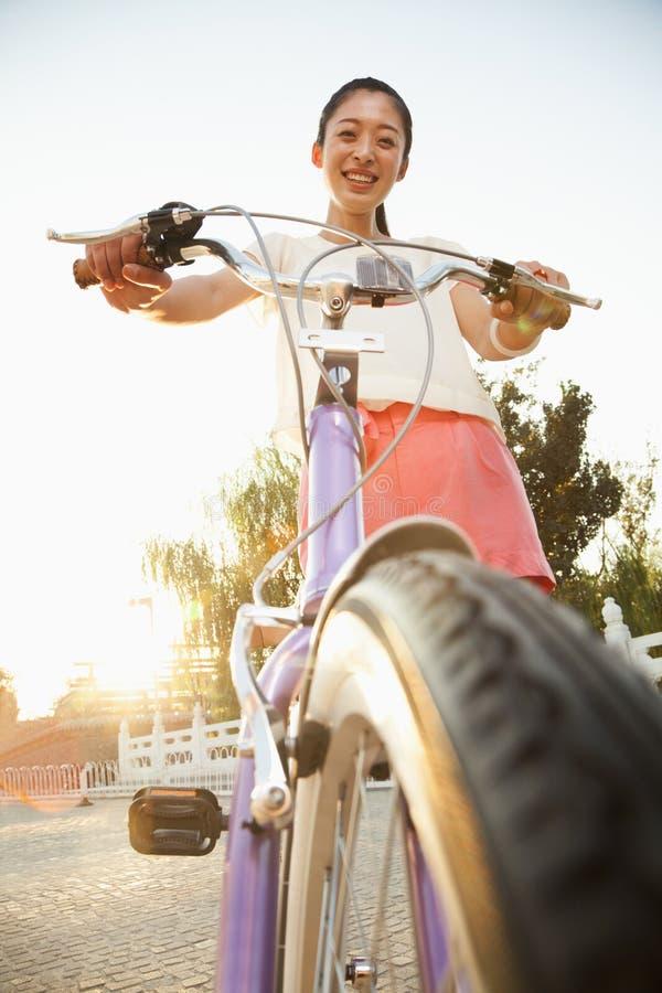 Młoda Kobieta na bicyklu fotografia stock