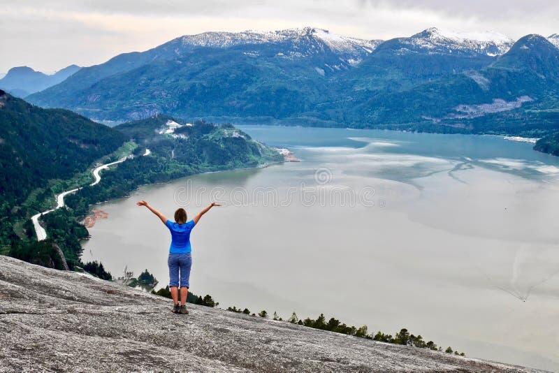 Młoda kobieta na falezie nad oceanem zdjęcie royalty free