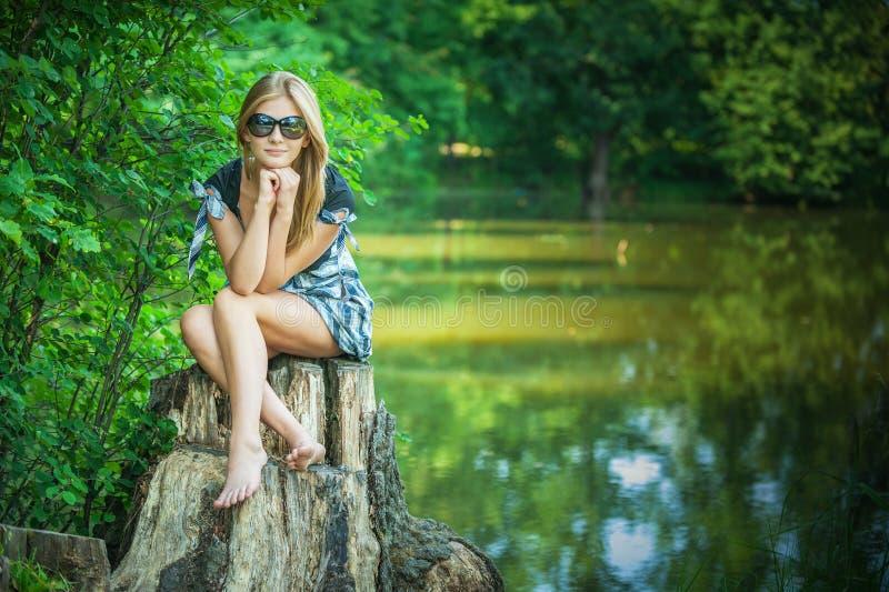 Młoda kobieta na karczu fotografia stock