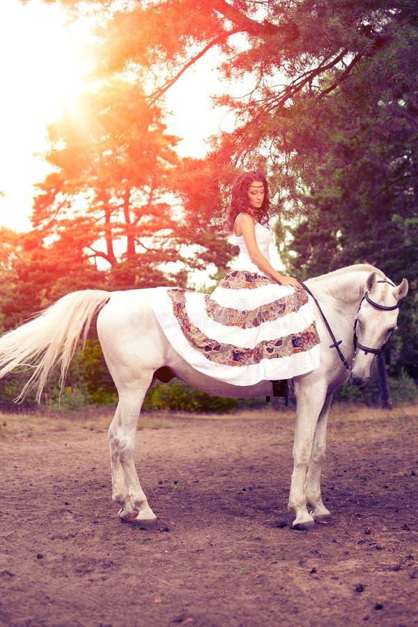 Młoda kobieta na koniu Horseback jeździec, kobieta jeździecki koń zdjęcie stock