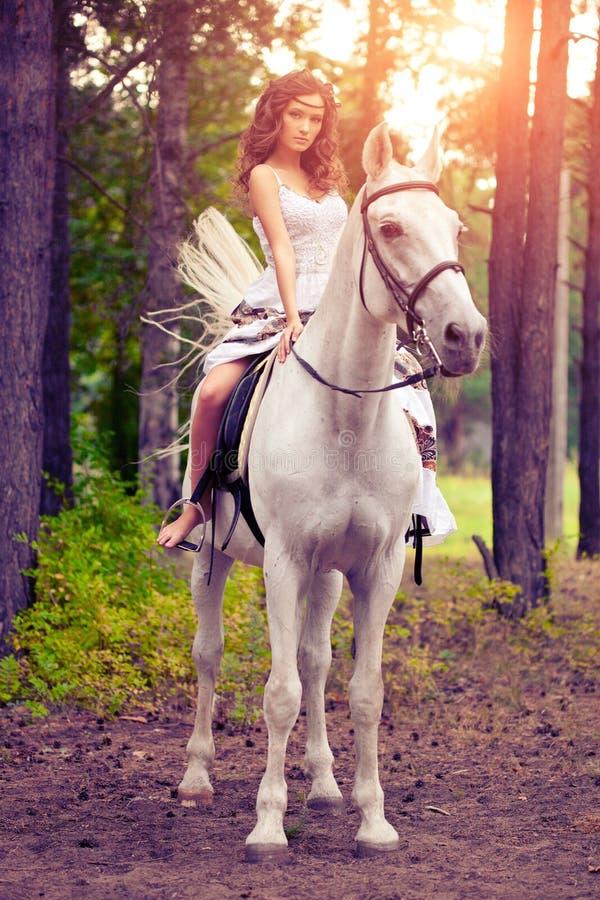 Młoda kobieta na koniu Horseback jeździec, kobieta jeździecki koń fotografia stock