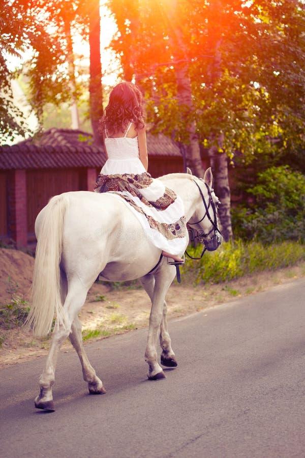 Młoda kobieta na koniu Horseback jeździec, kobieta jeździecki koń obrazy stock