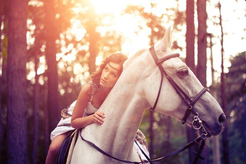 Młoda kobieta na koniu Horseback jeździec, kobieta jeździecki koń fotografia royalty free