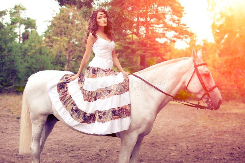 Młoda kobieta na koniu Horseback jeździec, kobieta jeździecki koń zdjęcia royalty free