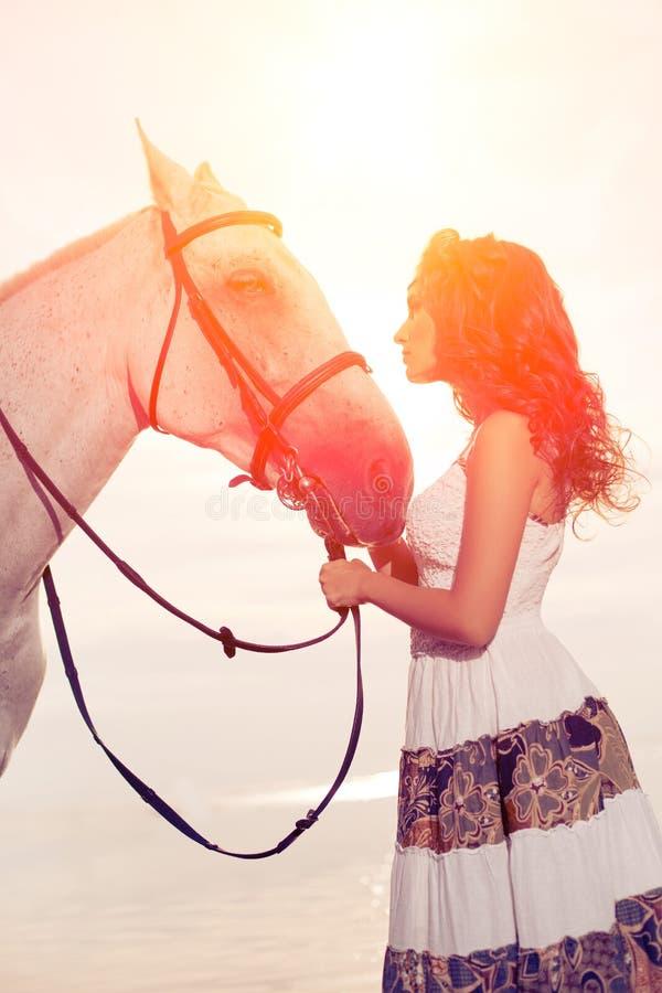 Młoda kobieta na koniu Horseback jeździec, kobieta jeździecki koń na b zdjęcie stock