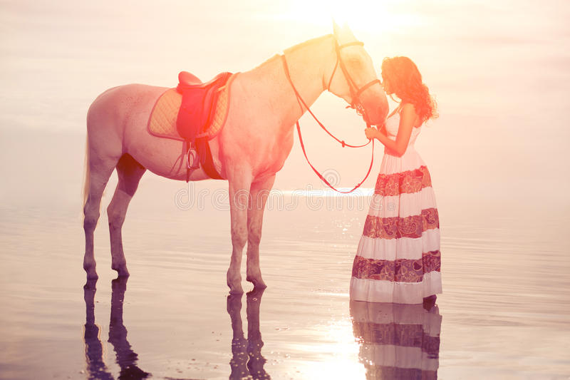 Młoda kobieta na koniu Horseback jeździec, kobieta jeździecki koń na b zdjęcia royalty free