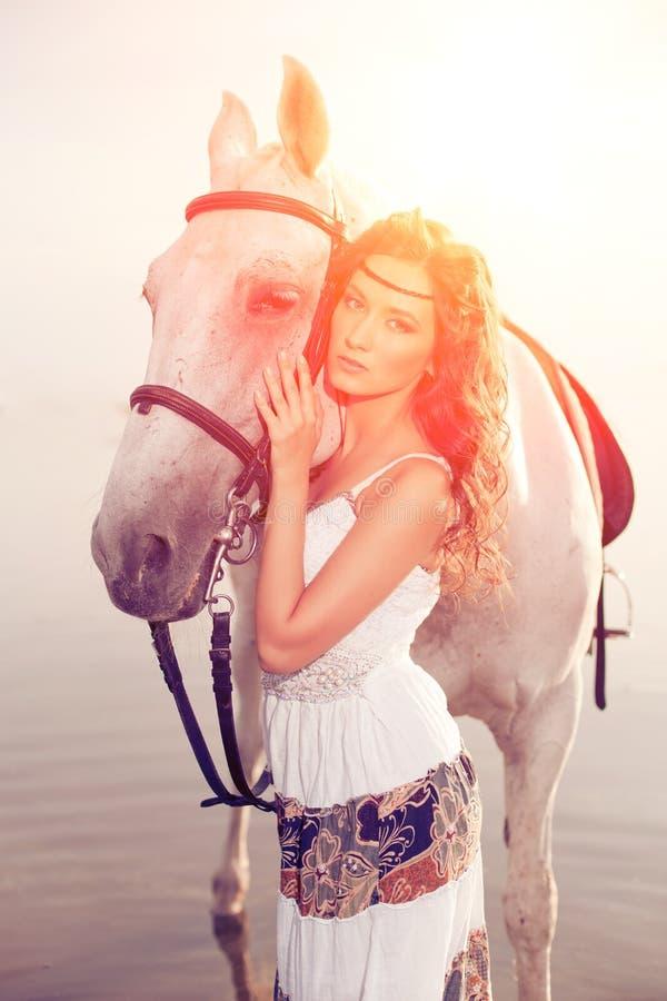 Młoda kobieta na koniu Horseback jeździec, kobieta jeździecki koń na b fotografia stock
