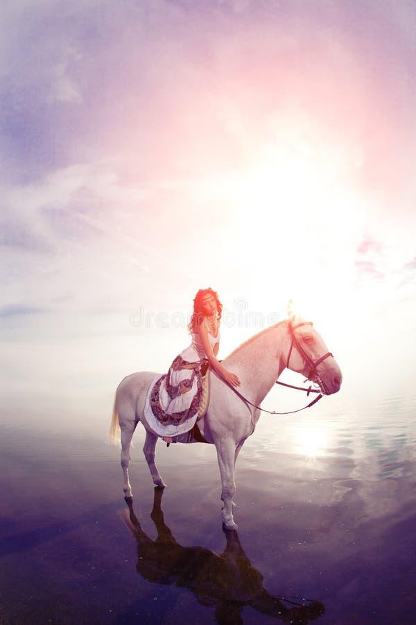 Młoda kobieta na koniu Horseback jeździec, kobieta jeździecki koń na b fotografia royalty free