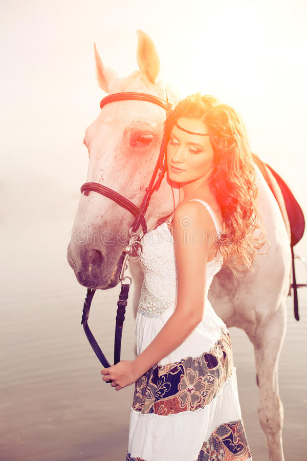 Młoda kobieta na koniu Horseback jeździec, kobieta jeździecki koń na b obrazy stock