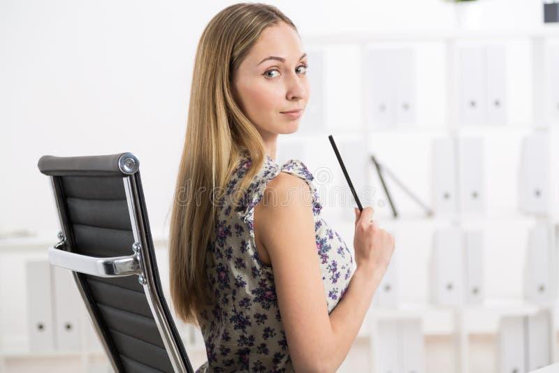 Młoda kobieta na krześle obrazy stock