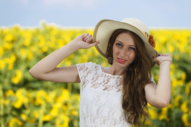 Młoda kobieta na kwitnącym słonecznika polu obrazy stock