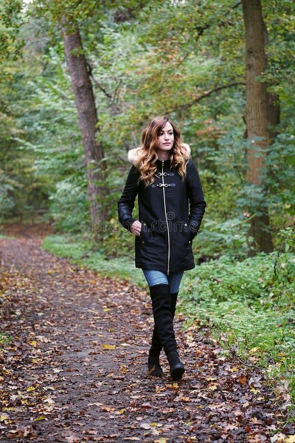 Młoda kobieta na odludnym lasowym spacerze fotografia stock