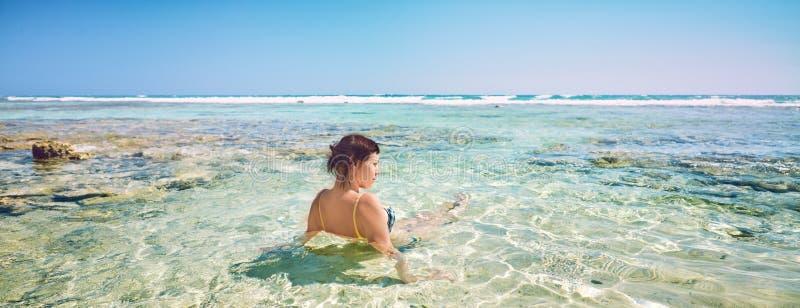 Młoda kobieta na plażowych rozochoconych radosnych kokosowych drzewkach palmowych Plażowy morze karaibskie, Kuba obrazy stock