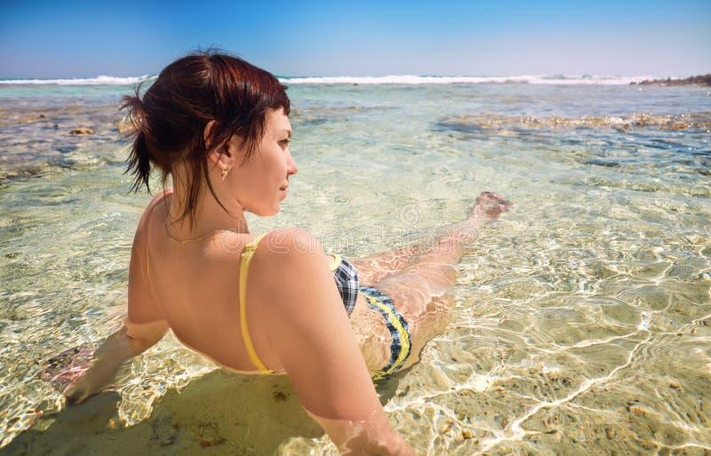 Młoda kobieta na plażowych rozochoconych radosnych kokosowych drzewkach palmowych Plażowy morze karaibskie, Kuba zdjęcia royalty free