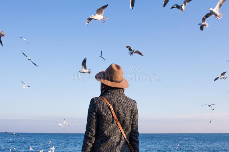 Młoda kobieta na plaży obrazy stock