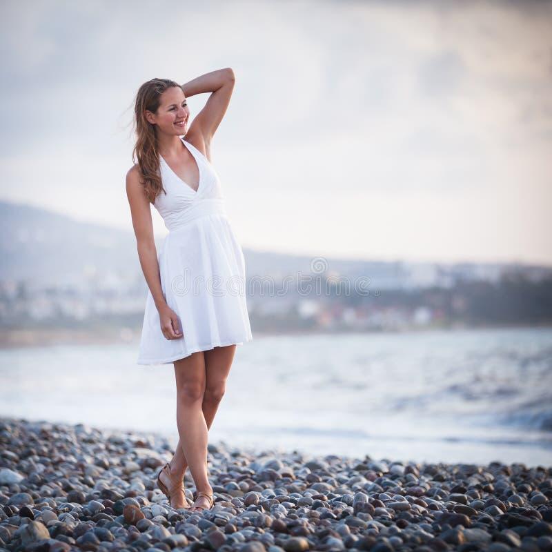 Download Młoda kobieta na plaży zdjęcie stock. Obraz złożonej z plenerowy - 28963482