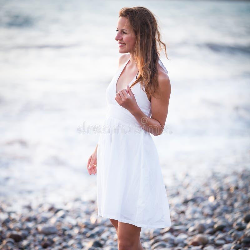 Download Młoda kobieta na plaży obraz stock. Obraz złożonej z szczęśliwy - 28963485