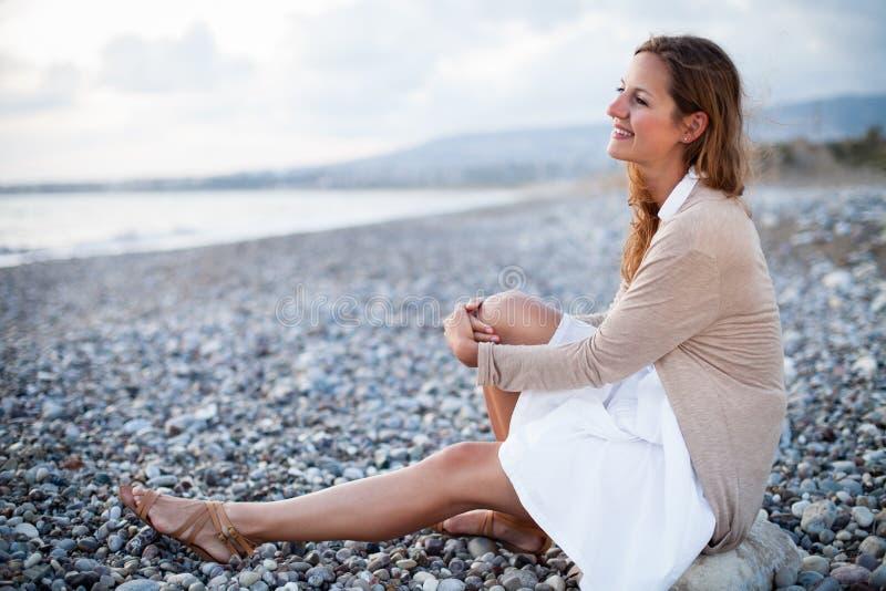 Download Młoda kobieta na plaży zdjęcie stock. Obraz złożonej z dziewczyna - 28963500