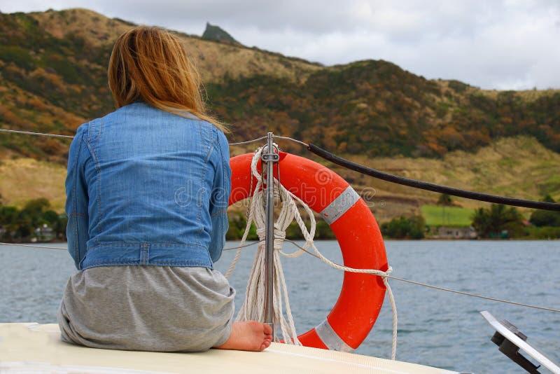 Młoda kobieta na pokładzie jacht na blustery dniu zdjęcie stock