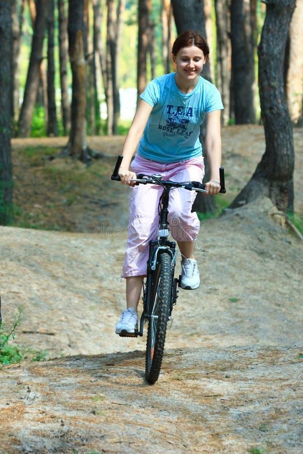 Młoda kobieta na rowerze obraz stock
