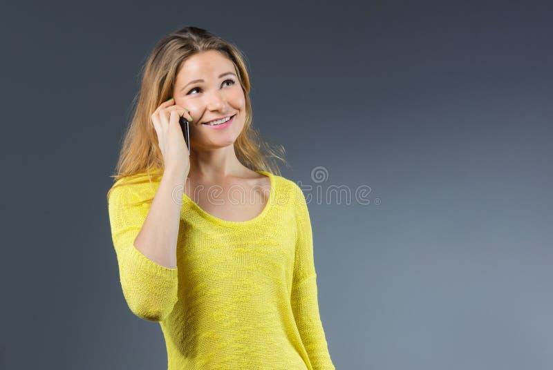 Młoda kobieta na telefonie fotografia stock
