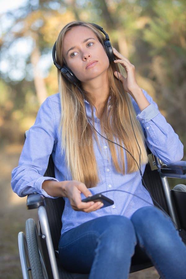 Młoda kobieta na wózku inwalidzkim outdoors fotografia stock