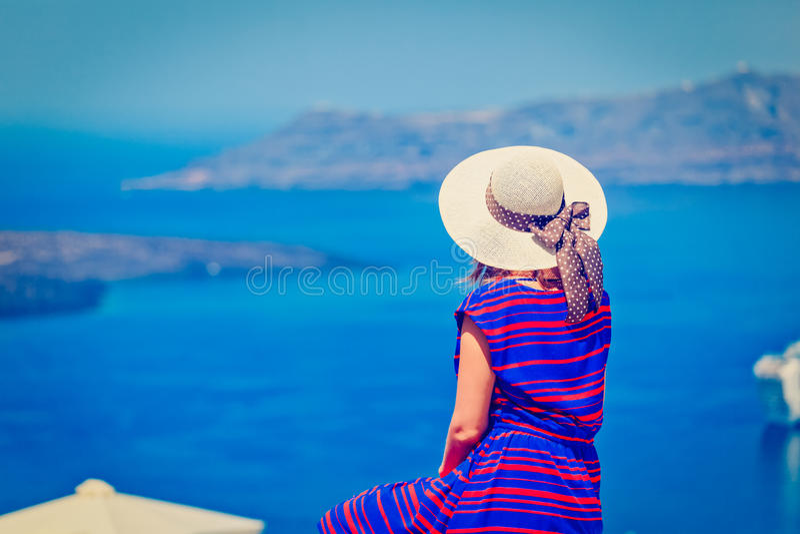 Młoda kobieta na wakacje w Santorini, Grecja zdjęcie royalty free