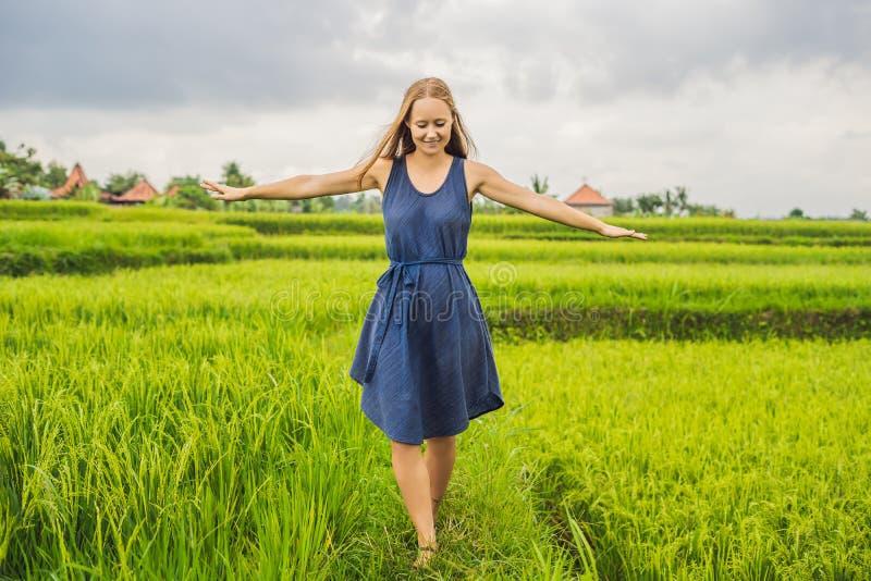 Młoda kobieta na zieleni kaskady ryż pola plantaci Bali, Indone zdjęcie stock