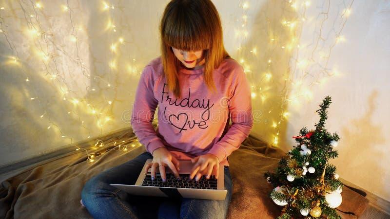 Młoda kobieta nabywa na internecie obraz stock