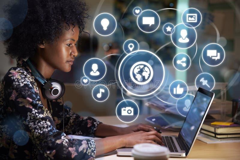 Młoda Kobieta networking na Ogólnospołecznym Medialnym pojęciu z Holograficznymi ikonami Projektować od ekranu obraz stock