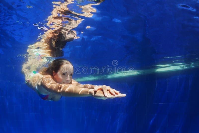 Młoda kobieta nur podwodny w błękitnym pływackim basenie obrazy royalty free