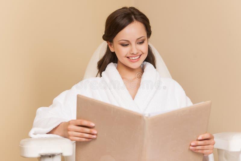 Młoda kobieta odbiorczy pedicure w fryzjerstwo salonie zdjęcia royalty free