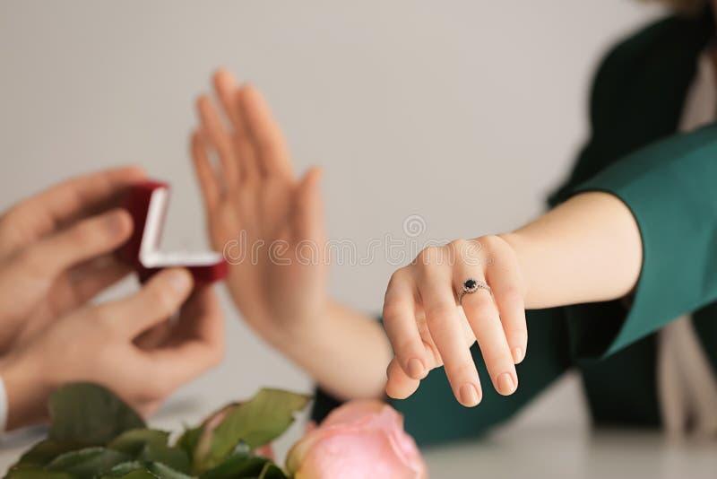 Młoda kobieta odrzuca małżeństwo propozycję ponieważ już angażuje fotografia royalty free