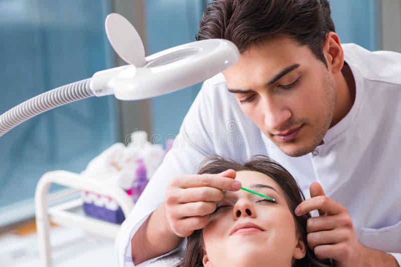 Młoda kobieta odwiedza samiec doktorskiego cosmetologist zdjęcia royalty free