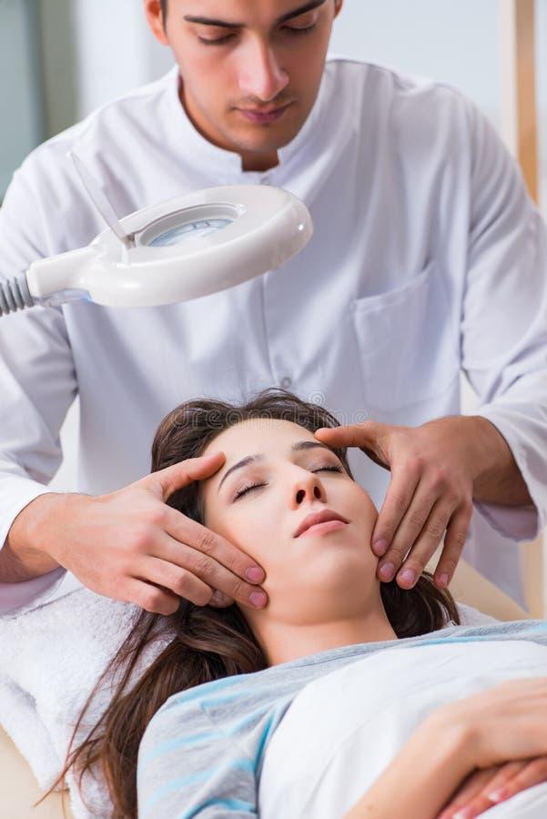Młoda kobieta odwiedza samiec doktorskiego cosmetologist obraz royalty free