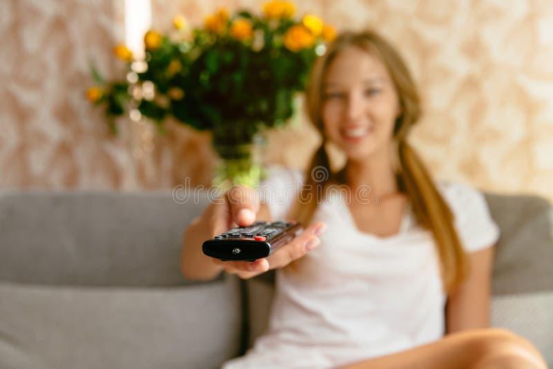 Młoda kobieta ogląda TV w żywym pokoju obrazy royalty free