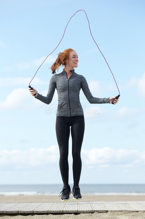 Młoda kobieta omija z skok arkaną outdoors zdjęcie stock