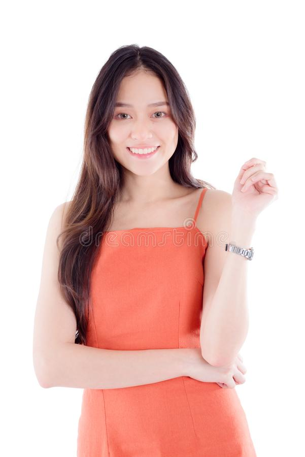Młoda kobieta ono uśmiecha się przy kamerą odizolowywającą nad białym tłem obrazy stock