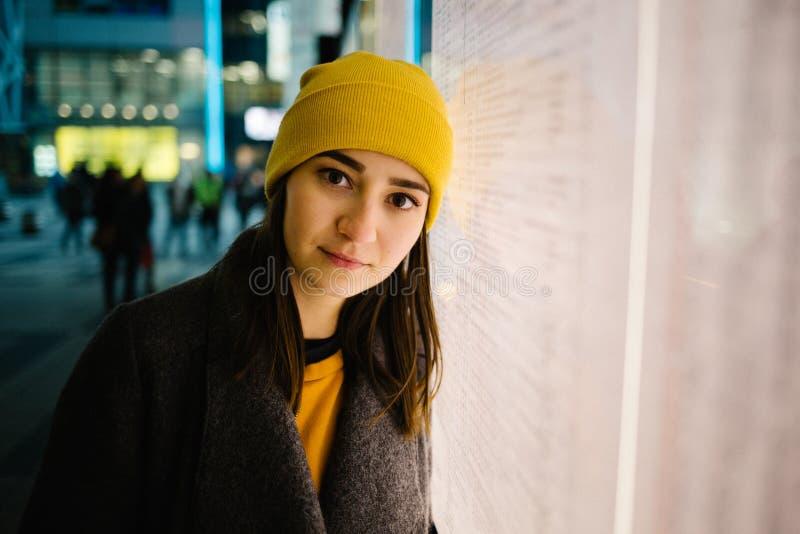 Młoda kobieta opiera przy iluminującym wyjściowym planem Podróż, styl życia i młodości pojęcie, obraz stock