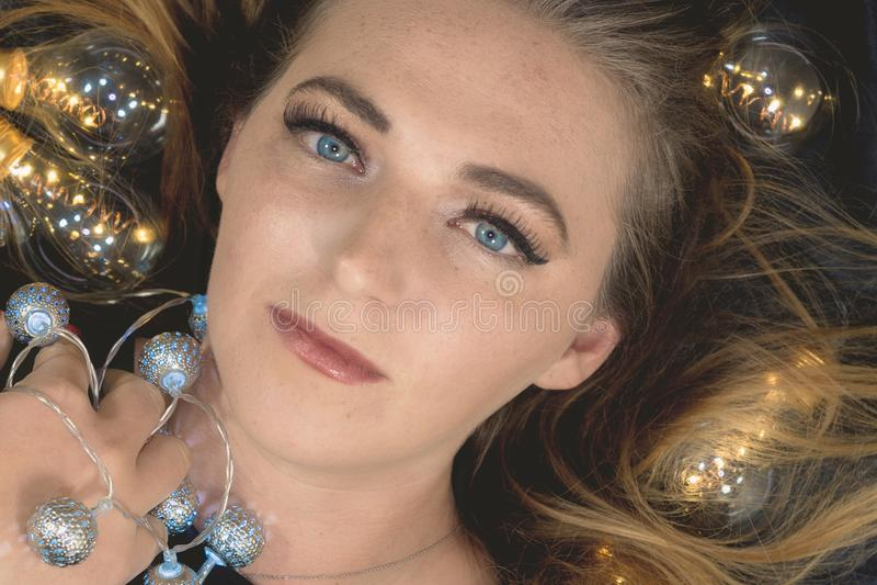 Młoda kobieta otaczająca światłami zdjęcia royalty free